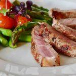「この方法がすごい!」火や電気を使わず、たった5分で冷凍肉を解凍する裏ワザ